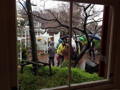 雨のラインの館入り口