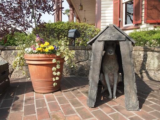 ラインの館犬の像