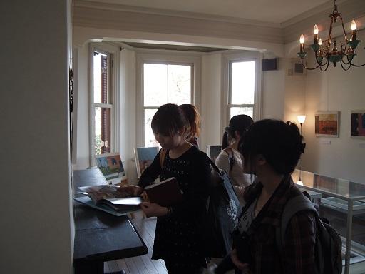 ラインの館絵本を読む女子学生
