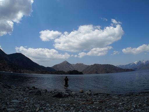 中禅寺湖釣り人