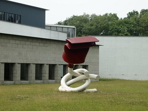 2014004シャガール展中庭彫刻