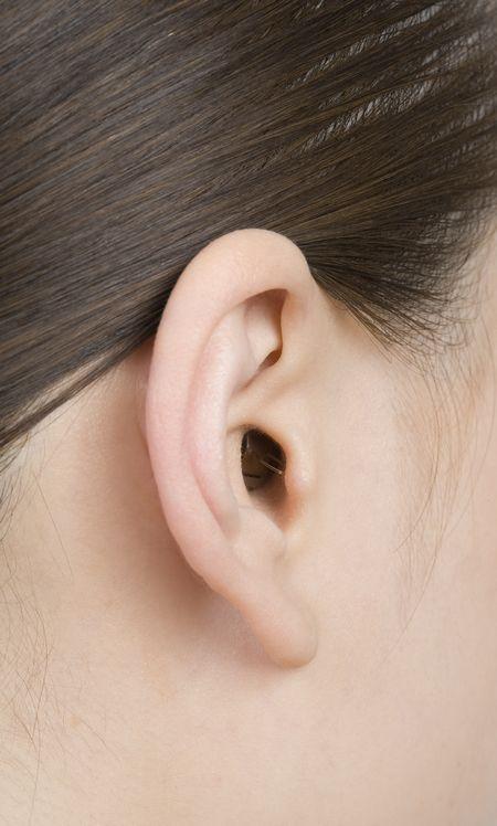 リオネット補聴器最小「極」斜め後ろ画像