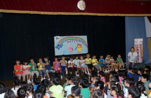 2014-06-18 26年度さつき幼稚園来園、6月誕生会 014 (800x523)