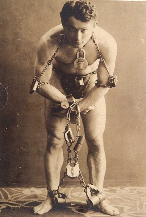 640px-HarryHoudini-1899.jpg