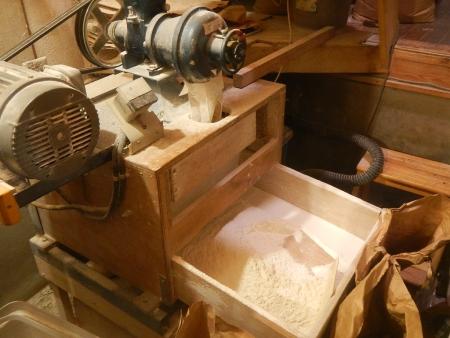 うどん用の製粉作業 (4)
