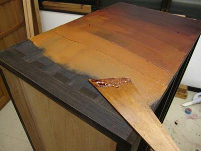 漆塗り箪笥製作、本体胴板に糊漆を付ける