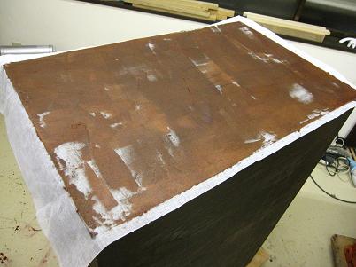 箪笥漆塗り、糊漆を付けた本体胴板に布を着せる