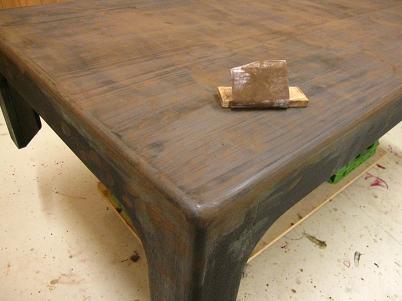 座卓漆塗り、生漆が乾いて木地が固まったら、表面を研ぐ