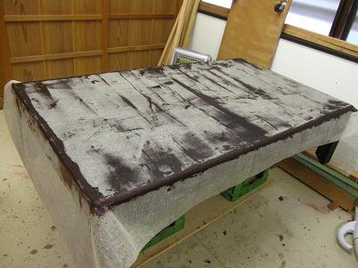 座卓漆塗り、糊漆を付け麻布を被せる