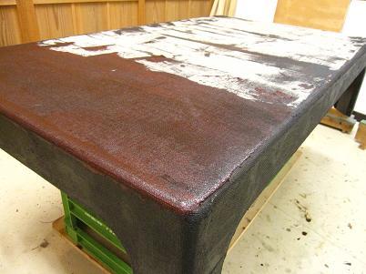 座卓漆塗り、麻布の上から糊漆をしごき付ける