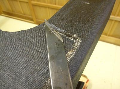 座卓漆塗り、布着せ糊漆が乾いたら、余分な布を切り払う