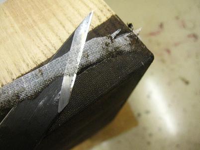 漆塗り箪笥製作、小刀で引き出しの布払い