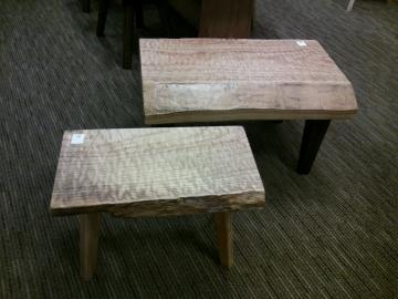 桐のテーブルとスツール