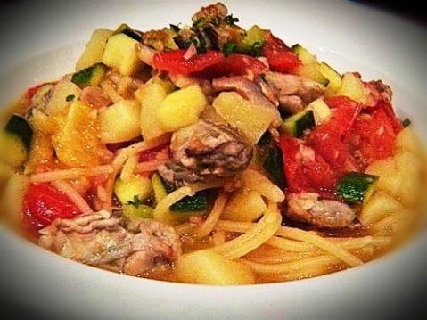 フレッシュトマト、新じゃが芋、ズッキーニ、牡蠣のアンチョビスパゲッティ