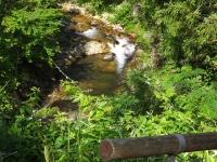 遥か谷底に流れる三室川はダム湖へ