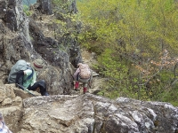 山頂 近く嶮しい岩場の下山