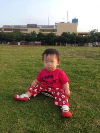 芝生でハイハイ困惑26-07