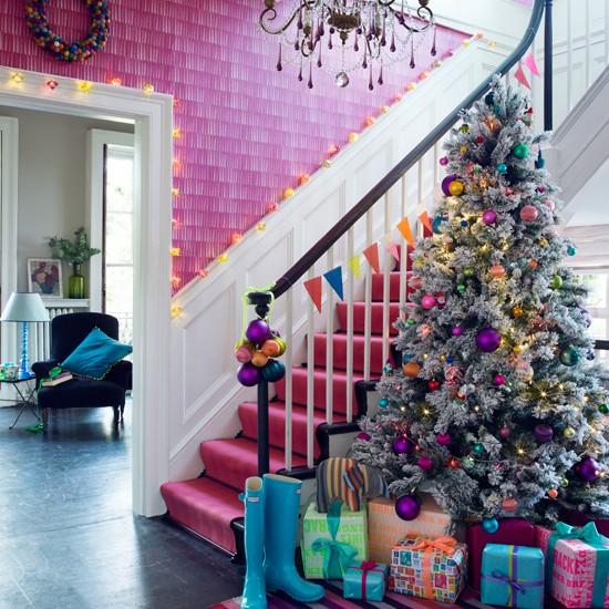 Bright-Pink-Christmas-Hallway-Homes-and-Gardens-Housetohome.jpg