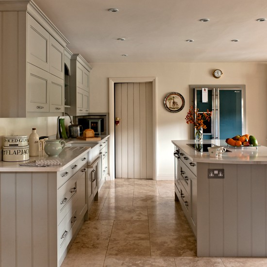 GreyGreen-Shaker-Style-Kitchen-Country-Homes-and-Interiors-Housetohome.jpg