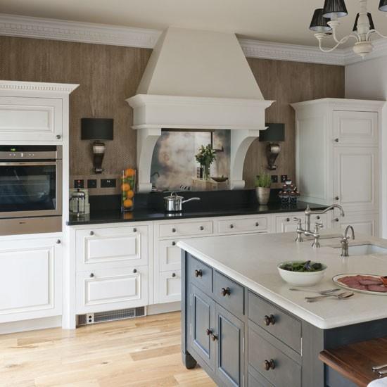 Beautiful Traditional Small Kitchen Design Featuring White: 白のキッチンは素敵 トラディショナル