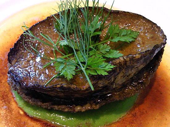 鮑のステーキ、グリンピースのピュレとバターソース