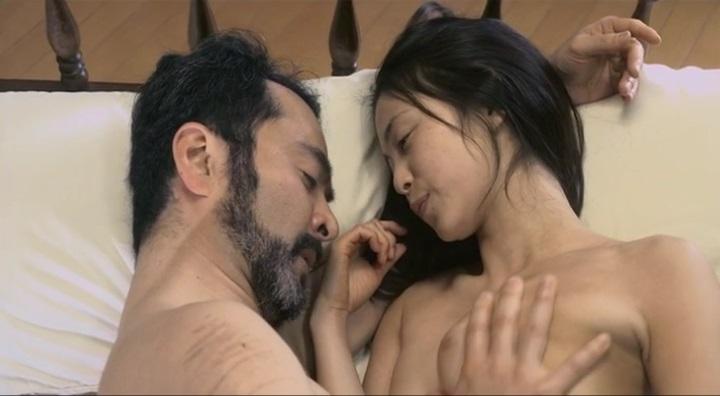 【受難】岩佐真悠子の濡れ場&素晴らしい(?)ヌード!全裸絡みで左の胸を揉まれ始め