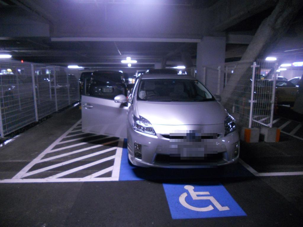 イオン幕張新都心でGモール車椅子専用駐車場の入り方、駐車スペース2(運転席分)ドア開き