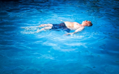 プールに浮くおっさん