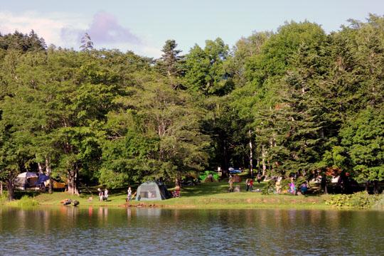 212湖から見るキャンプ場