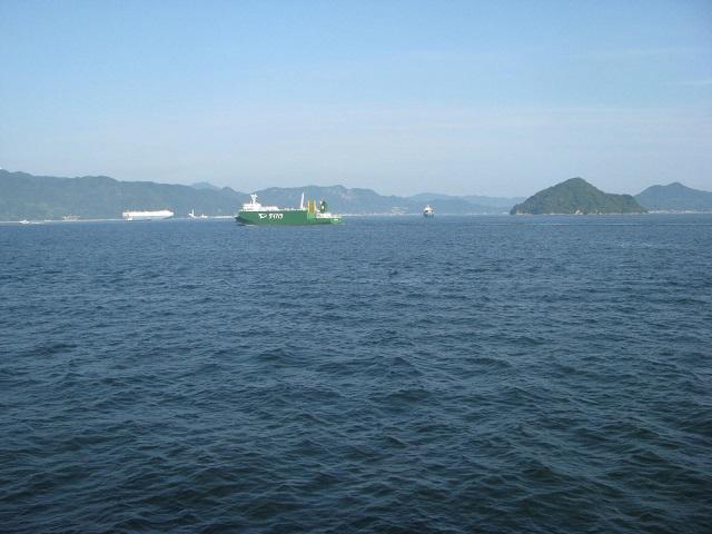 IMG_6267 青い空と青い海 緑の島に緑の船