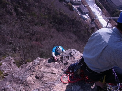 東壁を登攀するKさん699