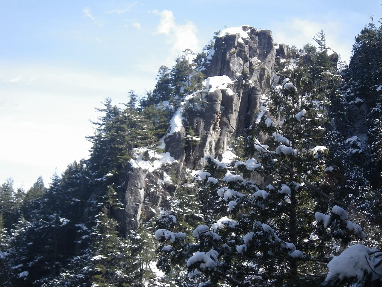 岩峰も雪を被って