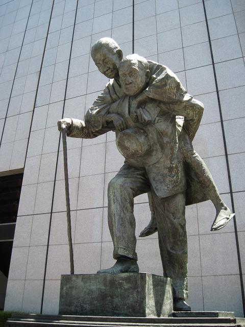 笹川良一の孝子(こうし)の像