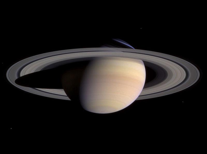 土星の衛星エンケラドス 「生命存在の条件」氷の下に海