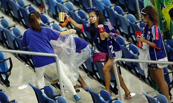 海外「奇跡が起こった」中国のサポーターが日本人の「ゴミ拾い」を真似した?! どんぐりこ 海外の反応