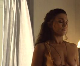 ジェナ・リンド 服がはだけて美乳露出するヌードシーン