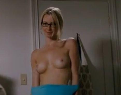 ジェシカ・モリス 服を脱ぎ捨て乳首露出するヌードシーン