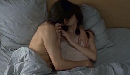 メラニー・ロラン ベッドの上で熱いキスを交わすラブシーン