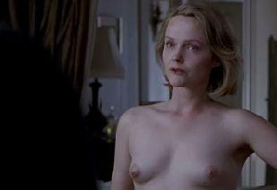 ミランダ・リチャードソン 服を脱ぎ捨て乳首モロ出しのヌードシーン