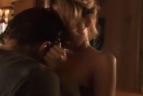 ニッキー・エイコックス 胸をまさぐられて激しく悶える濡れ場