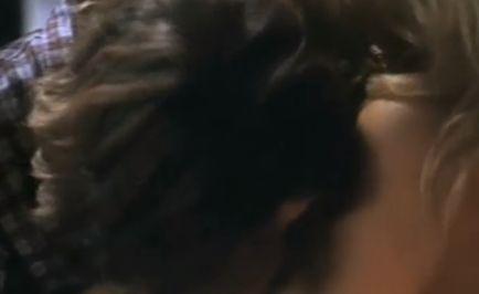 パメラ・アンダーソン 服を脱がされて美乳が露わになる濡れ場
