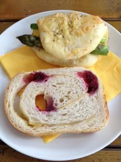 お昼にパン