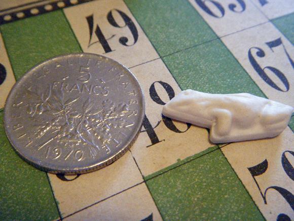 ガレットデロワ:フランス:フェーブ・FEVE:白磁ビスク、動物シリーズ カエル 蛙  コインと表