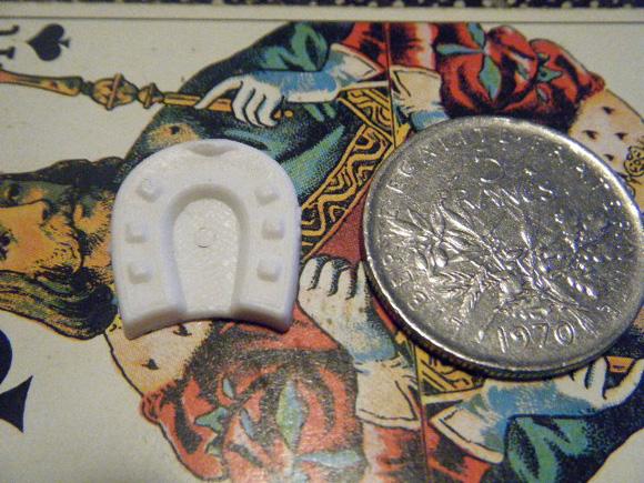 ガレットデロワ:フランス:フェーブ・FEVE:古いプラスチック 白、建物シリーズ:幸運の馬蹄 コインと 表