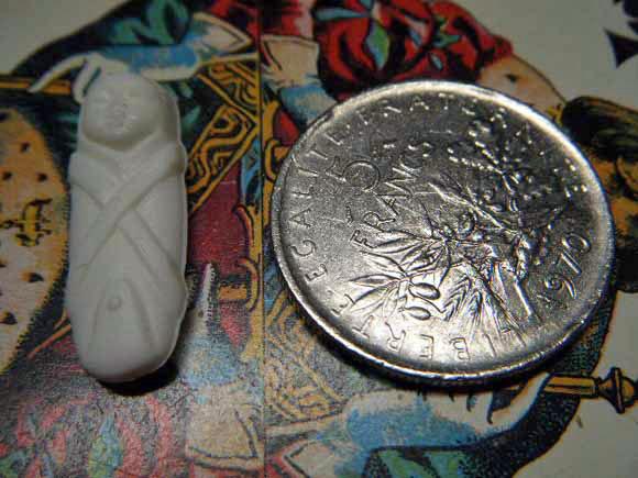 ガレットデロワ:フランス:フェーブ・FEVE:古いプラスチック 白、キリスト生誕シリーズ おくるみ赤ちゃん コインと 表