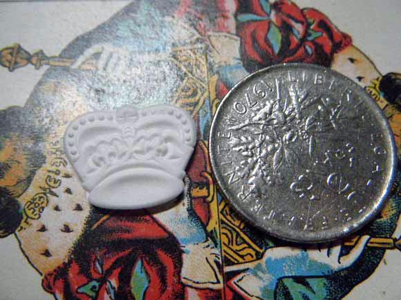 ガレットデロワ:フランス:フェーブ・FEVE:古いプラスチック 白、王冠 クラウン コインと 表