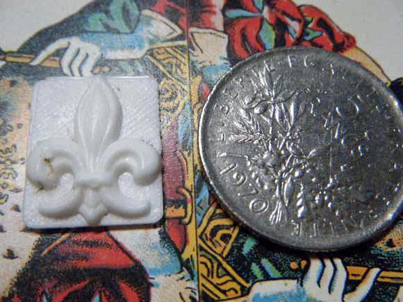 ガレットデロワ:フランス:フェーブ・FEVE:古いプラスチック 白、百合の紋章 フルールドリス コインと 表