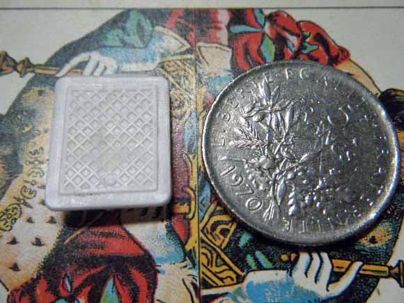 ガレットデロワ:フランス:フェーブ・FEVE:古いプラスチック 白、百合の紋章 フルールドリス コインと 裏