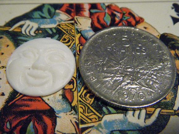 ガレットデロワ:フランス:フェーブ・FEVE:古いプラスチック 白、お月様 月 満月 コインと 表