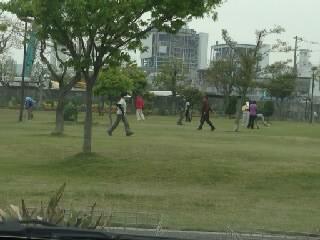 ゲートボールをしている老人達4